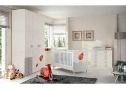 Dormitorio de bebé equipada con una bonita cuna del modelo MAX. La cuna MAX BEETLE para colchón de 70×140 se transforma en camita con guardamiedos.