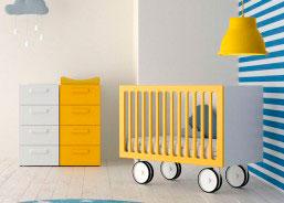 Cuando es un bebé, el niño duerme en la cuna, en su habitación. Si es necesario puedes mover la cuna para trasladarla al dormitorio principal ya que dispone de ruedas.
