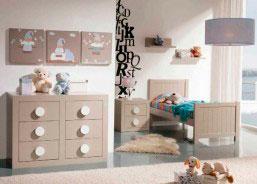 Habitación de bebé con cuna.El mobiliario de e