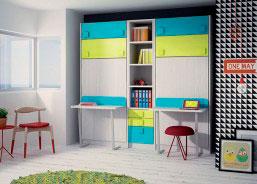 Litera doble con escalera cajón. El escritorio se hace a medida, es de rincón y la estantería superior acompaña la forma.