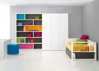 Dormitorio juvenil con librera y armario modular.