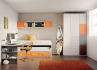 Habitacin infantil con cama compacto alto, armario de 3 puertas con cajones centrales exteriores, mdulo alto con huecos y puertas y mesa de estudio que se acopla al compacto ahorrando espacio en la habitacin.