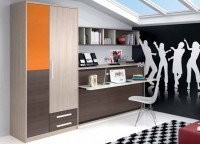 Dormitorio con cama abatible horizontal de 90 x 190con marco de aluminio y encimera.A la izquierda tenemos un armario asimétrico izquierdo de 3 puertas con distintos tonos de acabado + 2 cajones vistos (218 x 101) Sobre la pared se ha colgado una estantería con separadores de 206 cm