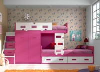 Dormitorio infantil con cama compacta tipo block con forma para colchón de 90 x 190 y brazo izquierdo para escalera.Esta cama alta queda protegida por una barandilla quitamiedos del mismo diseño que la escalera corta que une las dos camas...La base del conjunto, es un módulo block de 97 cm con 2 puertas y 118 cm de altura, a continuación del cual se sitúa la cama inferior, un nido con 2 baúles para colchón de 90 x 190Una escalera de 3 puertas + 1 contenedor, permite el acceso a la cama superior.
