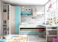 Habitación infantil con armario de 2 puertas largas (218 x 101)La cama es un compacto de base de 20 cm con 4 contenedores + somier de arrastre para colchón de 90 x 190.La mesa de estudio es una encimera recta de 151 cm con una terminación curva, que se apoya en un pie de mesa cuadrado, y un soporte para compacto de 7.5 cm.En la pared se ha colgado una amplia estantería con separadores de 206 cm de largo.