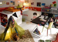 Habitaci&oacute;n infantil con una litera, 1 cama abatible estanter&iacute;a y mesa de estudio, todo ello con una original distribuci&oacute;n que aprovecha al m&aacute;ximo el espacio. Adem&aacute;s se puede personalizar el frente de la cama abatible con una imagen del banco de im&aacute;genes del cliente o con la fotograf&iacute;a que t&uacute; nos facilites