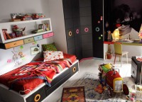 Moderna habitaci&oacute;n juvenil con cama nido y armario rinc&oacute;n recto. Destaca la zona de estudio que se personaliza con la imagen que t&uacute; quieras.