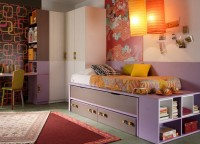 Habitaci&oacute;n infantil blanca combinado con lila que incluye compacto con 2 camas y cajones, cabezal con estanter&iacute;a ,protector de pared, armario rinc&oacute;n con 3 puertas, estanter&iacute;a terminal que sirve de apoyo para el escritorio y escritorio con soporte met&aacute;lico. Medida 382,9x254