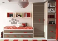 Habitaci&oacute;n infantil con armario rinc&oacute;n de puertas plegables, zapatero con estanter&iacute;a en el terminal y compacto de 2 camas con 4 cajones.