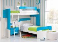 Habitación infantil compuesta por una litera y una cama dispuestas en