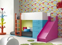 Dormitorio infantil con divertida litera tobogán.Los elementos que aparencen en la imagen son los siguientes: -Litera Tren Izquierda con Protector Abierto.Medidas: 200 x 146 h x 100 F-Tobogan de 50 x 126 x 150-Modulo Cama de 3 Cajones + 1 Contenedor. Medidas: 66,7 x 103 h x 100 F