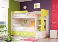 Habitación infantil que cuenta con una litera de 2 camas y 4 cajones contenedores, estantería-escalera con cajón contenedor bajo, quitamiedos y asa para facilitar su uso.