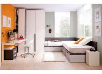 Habitación infantil compuesta por 2 camas compactas con cajones para disponer en angulo recto; armario rincón del fondo de la cama y terminal zapatero con estantes y mesa de estudio con forma y pie metálico.