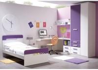 Habitación infantil compuesta por mesa estudio rincón con pie metálico y bajo de cajones bicolor, cama para colchón de 90x190 y armario con puertas desiguales y 4 cajones vistos con partidor interior con estante en el cuerpo pequeño.