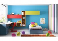 Dormitorio infantil con cama nido y elementos colgados en la pared, con escritorio lateral bajo la ventana.