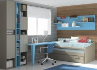 Dormitorio infantil con compacto de dos camas vistas y un caj&oacute;n de 90 x 180 en su base.Sobre la pared hemos colgado una composici&oacute;n realizada a base de estantes con trasera, de dos medidas diferentes.&nbsp;La zona de estudio la forma un sobre recto de 150,3 x 53 cm de fondo, que se apoya a la cama compacta gracias a un costado especial de 16,1 x 48 cm de fondo. El otro lado de la mesa, descansa sobre dos patas terminadas en el mismo color de la encimera.