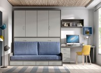 Dormitorio juvenil con armario de 2 puertas largas decoradas con 3 paneles y perfil de aluminio.Junto al armario se sitúa la zona de estudio, compuesta por una encimera recta de 151 cm, con 1 terminación curva. La encimera apoya uno de sus lados sobre un costado de mesa estudio lateral, mientras que el otro apoyo lo obtiene gracias a un soporte rectángulo que la sujeta a la cama compacta. El compacto es mixto, para colchón de 90 x 190,con base de 30 cm que incorpora 2 baúles sin ruedas. La composición mural se ha realizado combinando módulos horizontales de 103 con puerta abatible y dos tonos de terminación diferentes y una estantería con separadores de 151 en tono contrastado.