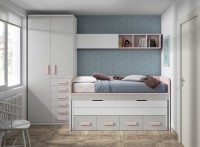 Dormitorio infantil con litera horizontal de 80 x 190 x 238,5 h.A la derecha del mueble litera, se ha colocado una liber&iacute;a de 6 cajones, de 60 x 50 de fondo x 238,5 h.A la izquierda de las literas, una estanter&iacute;a adaptable con trasera (60 x 25 de fondo x 162,5 de altura), apoyada sobre un buck di&aacute;fano, sirven de base a la tapa de mesa curva de 120 x 60, que configura la zona de estudio.Esta mesa se apoya sobre dos patas fijas de 72,5 de altura, y junto a la misma, se ha dispuesto una mesilla con ruedas de 50 x 42 de fondo x 60 de altura, con 3 cajones.&nbsp;