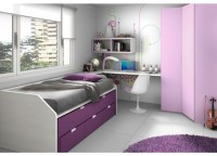 Dormitorio juvenilequipado con nuestro novedoso compacto F1 con base de 3 cajones.La cama intermedia de este compacto tiene la particularidad de que se puede colocar invertida, es decir, con la parte posterior hacia el frente.Incluye taladros de aireación en la base de tablero de ambas camas y un rebaje trasero para el rodapié.Complementos:-Armario en ángulo plegable de 3 puertas de 219 h x 124,3 x 100 x 56 F (Altillo + 3 estantes + 3 cajones interiores)Zona de estudio con encimera de sobre recto apoyada sobre un módulo abierto de 54 cm de FComposición mural realizada con una estantería doble