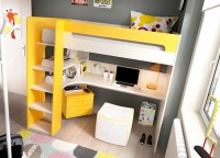 &nbsp; &nbsp; &nbsp; &nbsp; &nbsp; Esta habitaci&oacute;n infantil est&aacute; compuesta por una cuna con ruedas, c&oacute;moda isla de 80 cm con una puerta y 6 cajones, armario de 2 puertas de 80x142x42 cm y 6 cubos apilables de colores de 36x36x36 cm. El dormitorio se completa con una banqueta con ruedas practicable para guardar juguetes, y un coj&iacute;n acolchado sobre &eacute;sta en textil lavable a juego con los acabados de colecci&oacute;n.&nbsp;