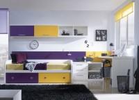 Habitación con cama nido y mesa de estudio. El panel trasero y la combinación de colores le dan un toque original a esta composición