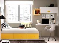 Habitaci�n infantil con una original mesa de estudio que aprovecha al m�ximo el espacio.