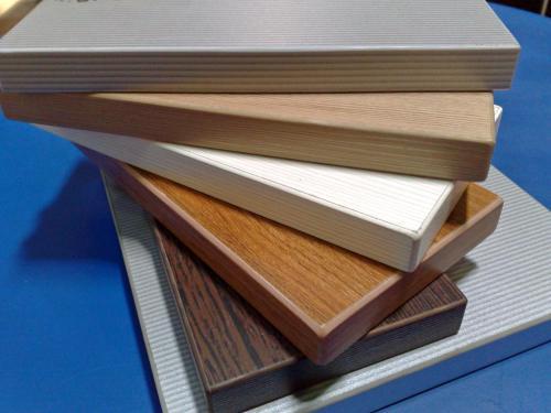 """En ocasiones vemos muebles que nos dicen que están """"chapados en madera"""". Pues bien, en este caso, en lugar de la melamina, se emplean láminas de madera natural para darle el acabado,"""