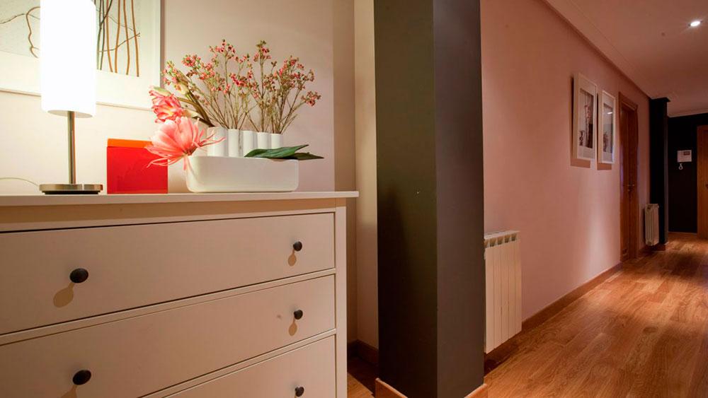 Destacando la pared del fondo con color, decoración o iluminación.