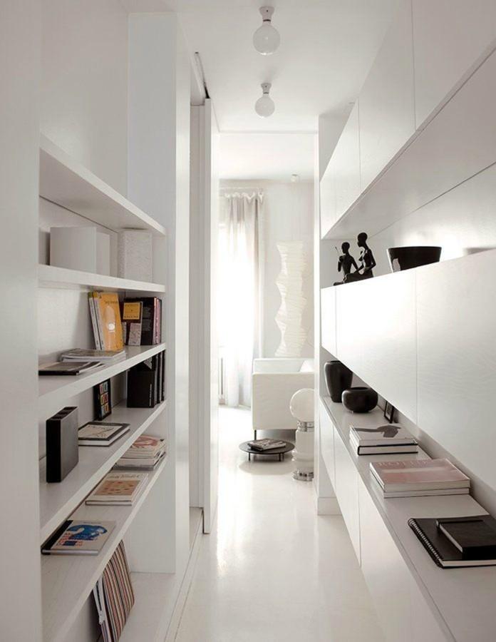 Armarios y estantes en pasillo