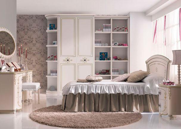 Habitación infantil Románticalacada en blanco con decoración en crema. El Cabezal de cama es personalizable con el nombre d
