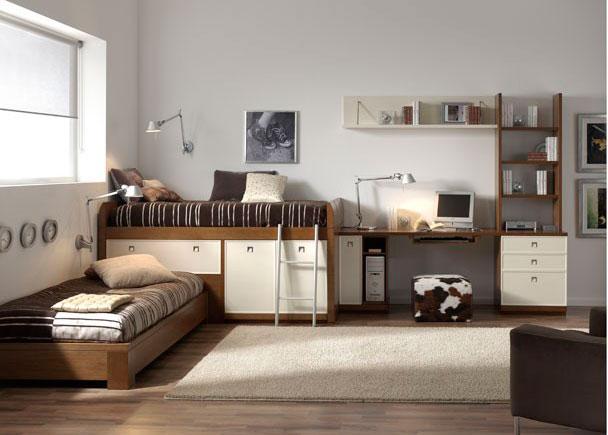 Habitación juvenil en chapa natural de Fresno y decapado beige. Cabe destacar la cama compacto alta que permite acoplar otra cama, sin perder capacid