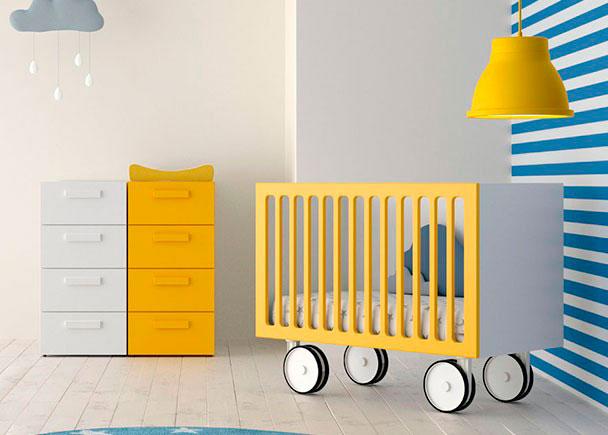 cuando es un beb el nio duerme en la cuna en su habitacin