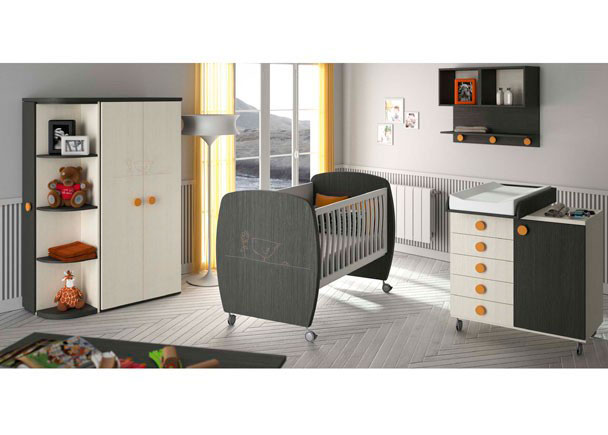 Dormitorio bebé con una cuna de laterales curvos y ruedas pequeñas con dibujo laser; módulo cambiador de 5 cajones y puerta, arma