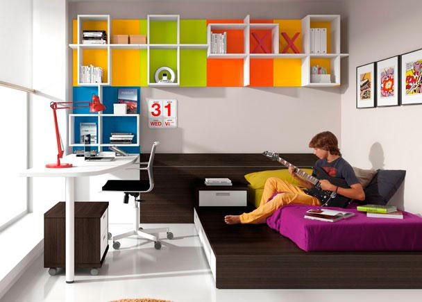 Dormitorio juvenil cama tatami con 3 contenedores y arrimadero a pared, sobre con forma curva, estanterías a pared con traseras de diferentes colores
