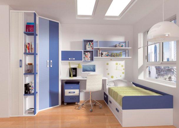 Amplia habitación juvenil decorada en tonos azules y blancos. Dispone de una gran zona de armario, compuesta de un armario rincón chafl&