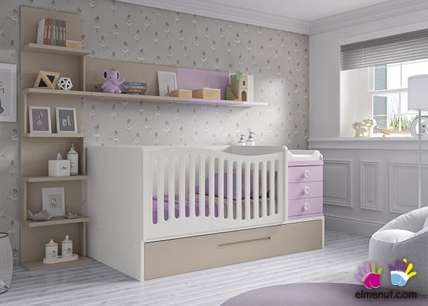 Dormitorio infantil equipado con una cuna convertible de barandilla curva, para colchón de 140 x 70 con arrastre nido. El ambiente se completa con un