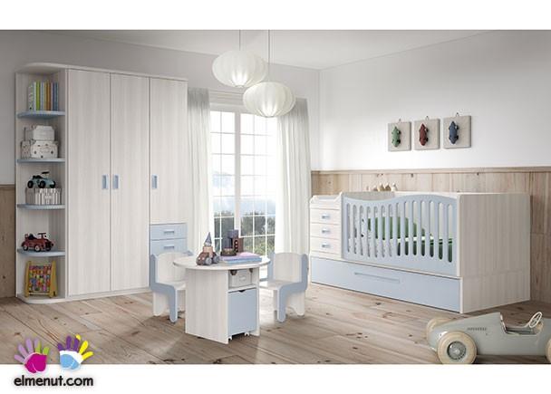 Habitación infantil equipada con cuna convertible de barandilla curva, con base nido de arrastre. El ambiente cuenta además con una zona de armarios