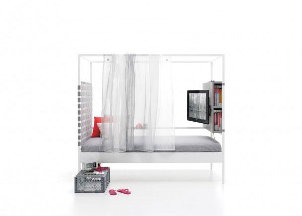 Litera combinable de estructura metalica de 90 x 200. Como complemento lleva, una cortina de gasa, un cabezal de cinchas elásticas, un módulo TV y u
