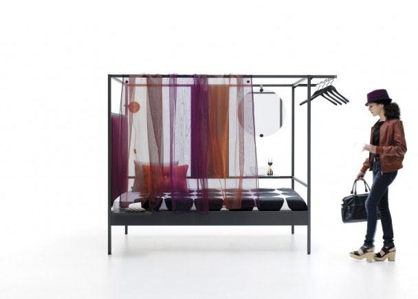 Litera combinable de estructura metálica 90x200. Con cabezal tapizado liso, cortina de gasa, espejo redondo, estantería oculta simple, barra percher