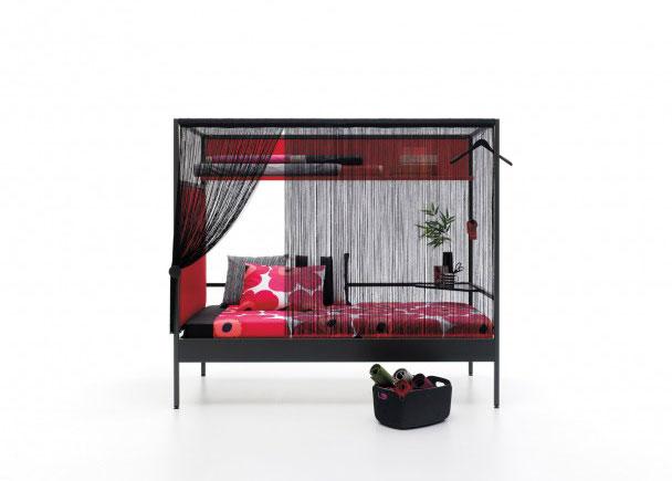 Litera combinable de estructura metalica de 90 x 200. Como complemento lleva un cabezal tapizado liso, una cortina de flecos, un estantería en L dobl