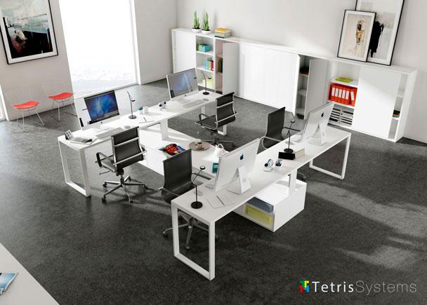 Despacho multi-office con 4 puestos de trabajo equipado con mesas rectas, cada una con un archivador bajo transversal diáfano.