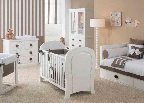Dormitorio de bebé con cuna.Se trata de la cuna modelo Cuore con barrotes planos,para colchón de 60 x 120. La cuna mide 128