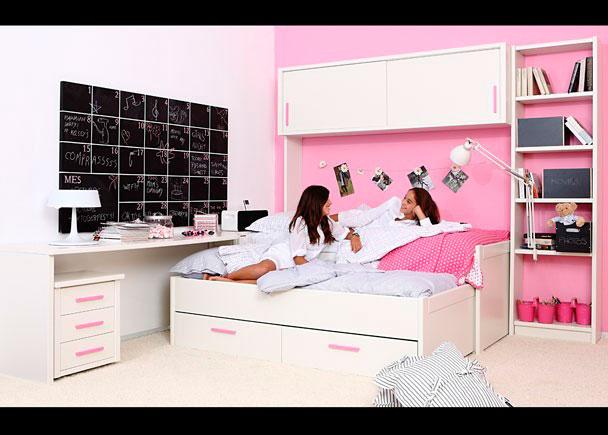 Habitación juvenil de refinada linea colonial, decorada con mueble compacto con cama deslizante + base con dos baúles contenedores.