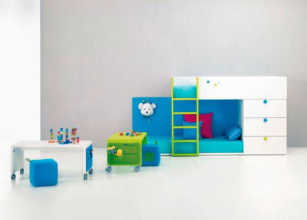 Habitación Infantil con Tren tarima con 2 Camas y Sinfonier 3 Cajones con Escalera, Trasera de color para cama con perchero. No se necesita somier.