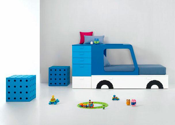 Dormitorio infantil pensado hasta el último detalle sin renunciar a la capacidad. ¡Los vinilos decorativos con forma de ruedas, faros e intermitente