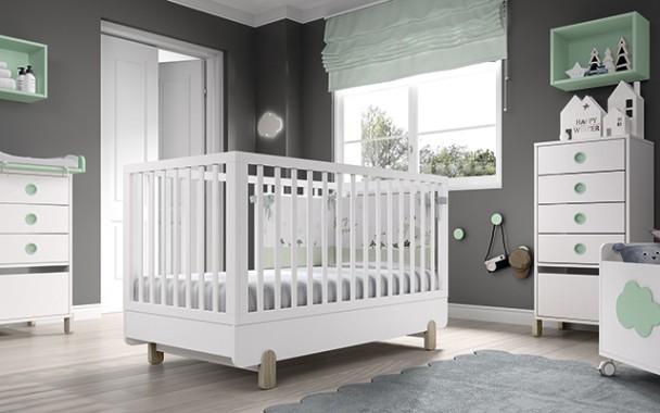 Dormitorio infantil con cuna convertible para colchón de 140 x 70. El ambiente se completa con una chinfonier con patas  de 5 cajones, una cómoda de
