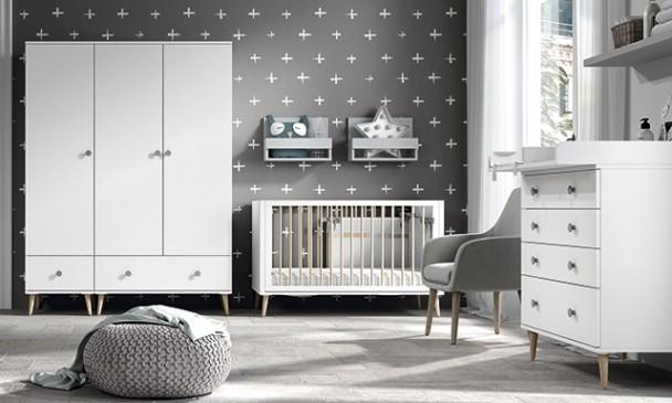 Habitación infantil con cuna retro para medida de colchón de 60 x 120,con patas de 17 cm de altura. El ambiente cuenta además con servicio de armar