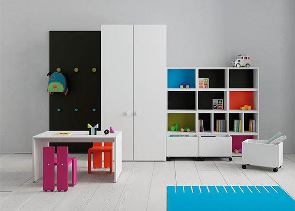Habitación infantil equipada con una zona de juegos con mesa y dos sillitas de colores.