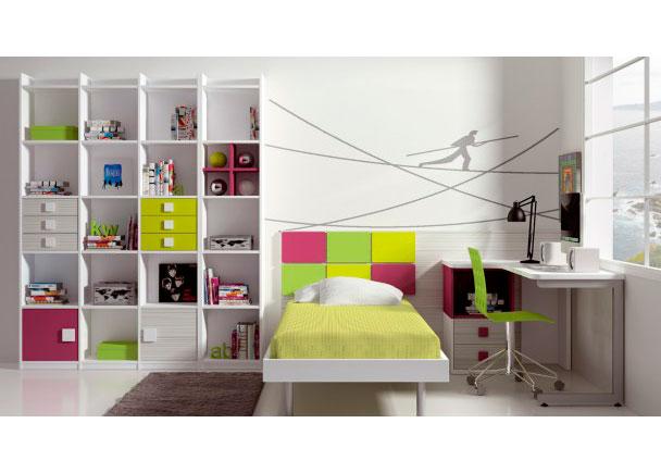 Colorido dormitorio infantil con cama dispuesta según el modo tradicional.Este modelo se compone de una bañera acabada en blanco con som