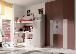 dormitorio juvenil con una cama alta con escritorio debajo de la cama y armario con barra